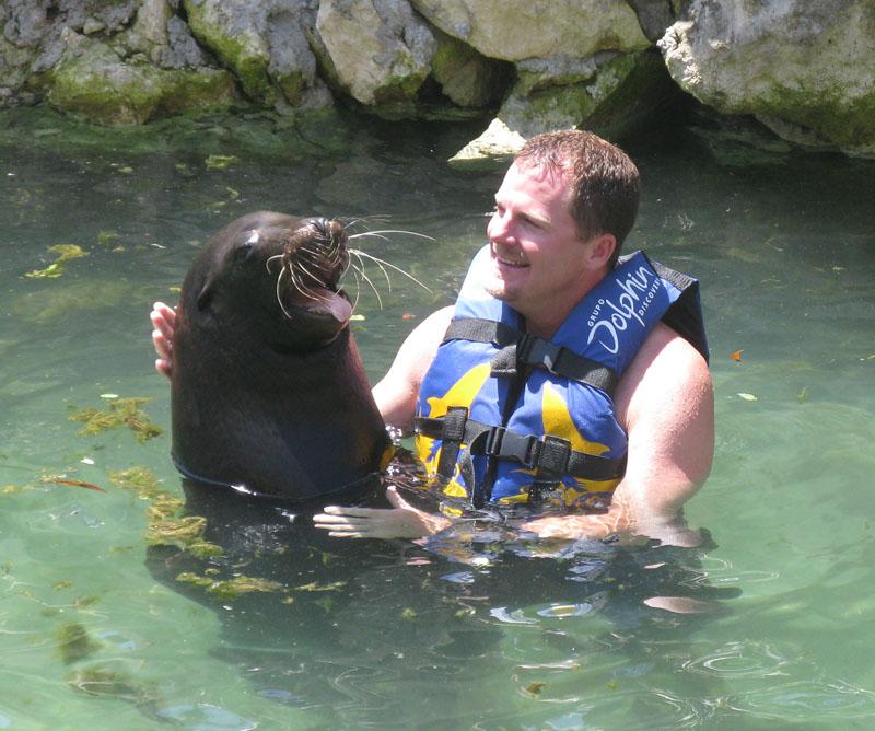 Dolphin Discovery Leon marino sonríe